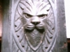 Eiken paneel met leeuwenkop.