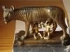 Romulus en Remus op marmeren sokkel